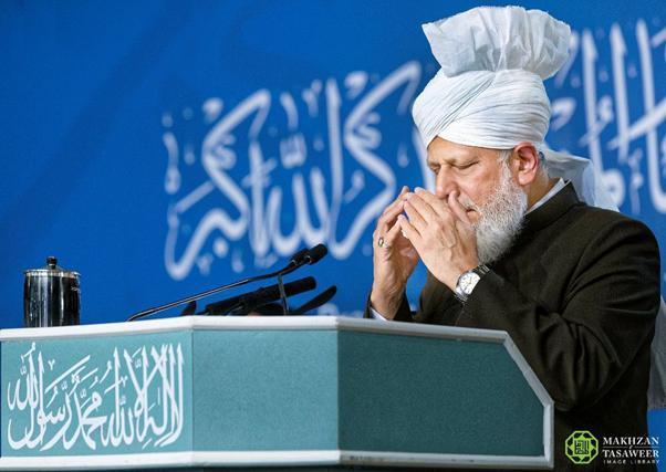 إمام الجماعة الإسلامية الأحمدية العالمية يختتم اجتماع مجلس خدام الأحمدية في المملكة المتحدة بخطابٍ ملهمٍ للإيمان