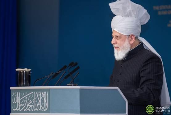 إمام الجماعة الإسلامية الأحمدية العالمية يحث الفتيات والنساء المسلمات الأحمديات على ضرورة الدفاع عن الإسلام
