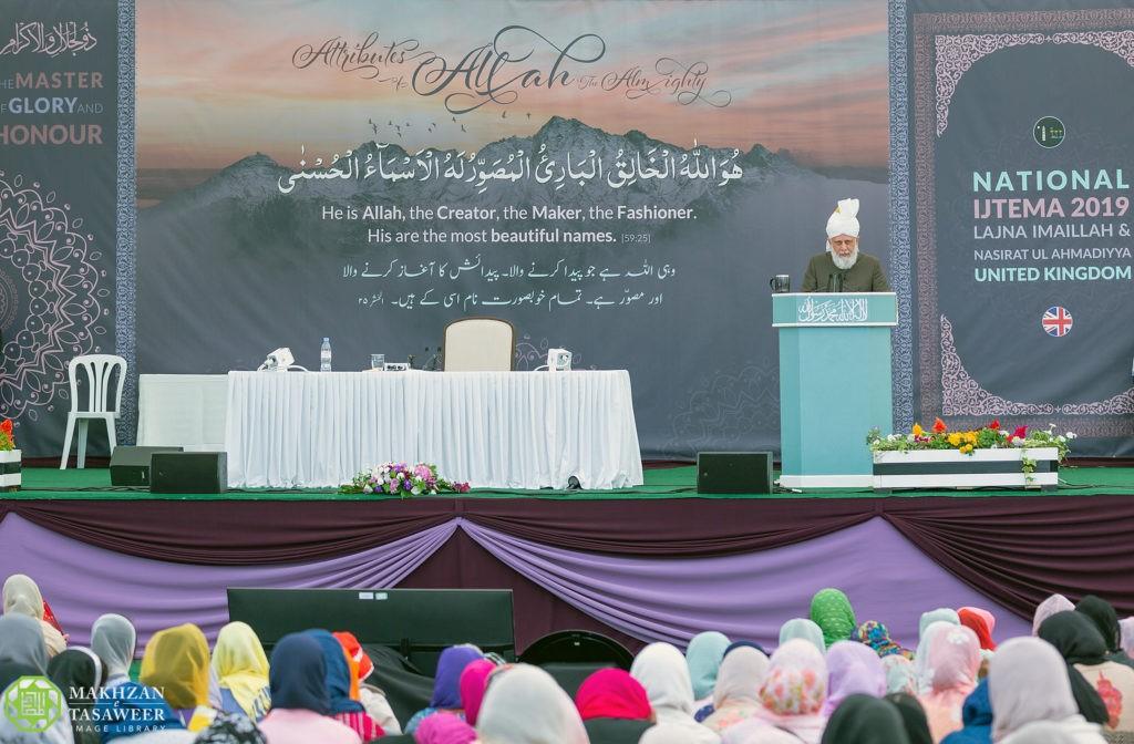 إمام الجماعة الإسلامية الأحمدية يختتم الاجتماع الحادي والأربعين للجنة إماء الله في المملكة المتحدة بخطابٍ ملهٍم