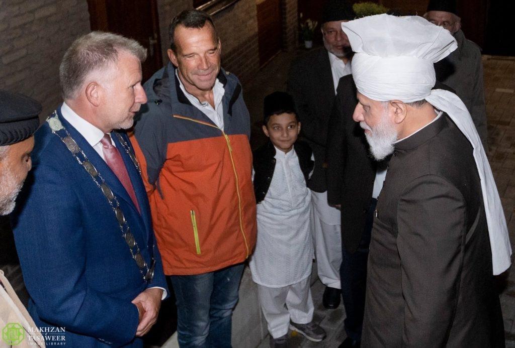 إمام الجماعة الإسلامية الأحمدية العالمية يصل هولندا