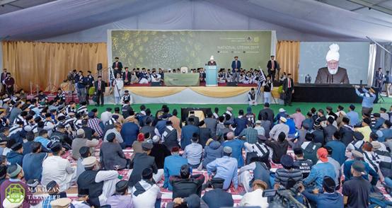 إمام الجماعة الإسلامية الأحمدية العالمية يختتم اجتماع مجلس خدام الأحمدية في المملكة المتحدة بخطابٍ ملهم للإيمان