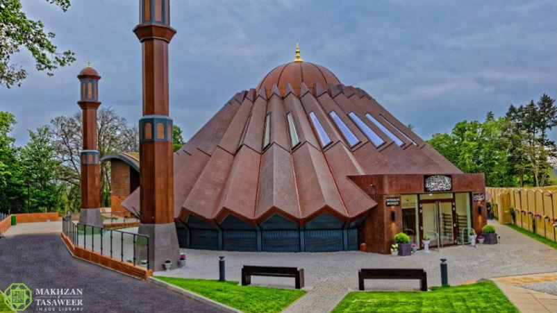 إمام الجماعة الإسلامية الأحمدية العالمية يفتتح مسجدًا مركزيًا جديدًا في إسلام آباد في تيلفورد في المملكة المتحدة
