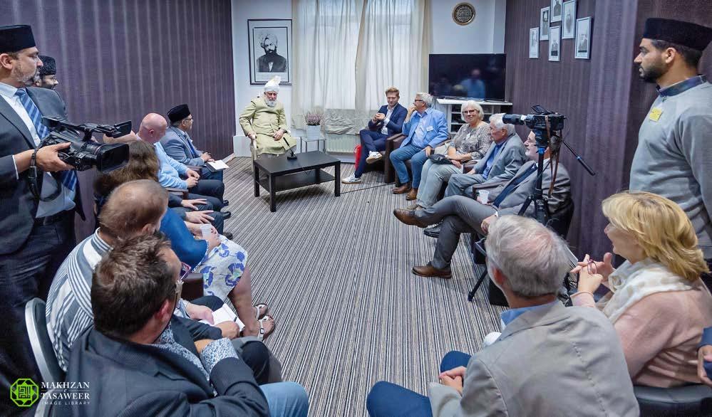 إمام الجماعة الإسلامية الأحمدية يخطب في سيدات لجنة إماء الله في الجلسة السنوية في بلجيكا