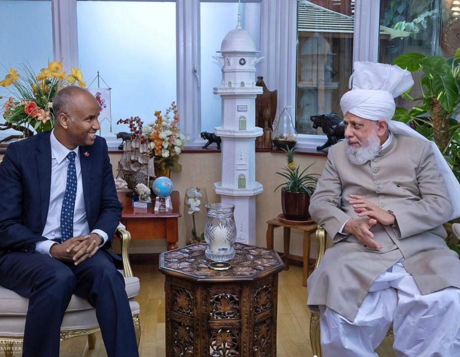 الوزير الكندي أحمد حسين يزور إمام الجماعة الإسلامية الأحمدية العالمية فى لندن