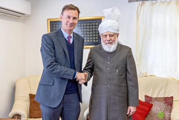 وزير الخارجية البريطاني الأسبق يزور إمام الجماعة الإسلامية الأحمدية العالمية