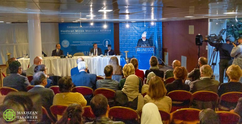 إمام الجماعة الإسلامية الأحمدية يلقي خطابًا تاريخيًا في مقر الأمم المتحدة للثقافة والعلوم (اليونسكو)