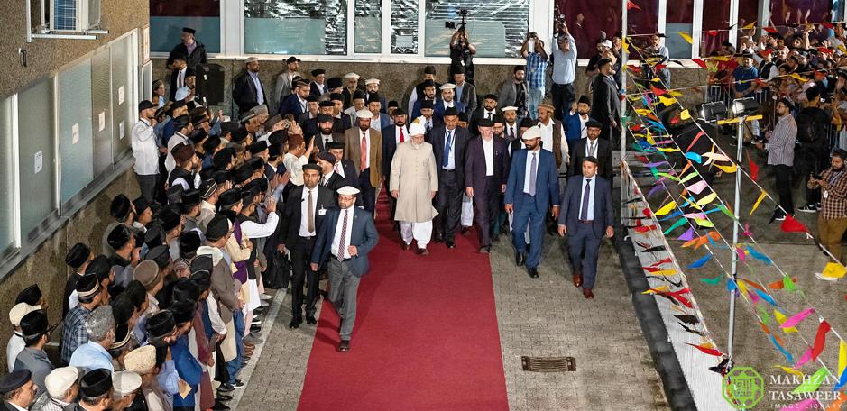 إمام الجماعة الإسلامية الأحمدية يصل ألمانيا