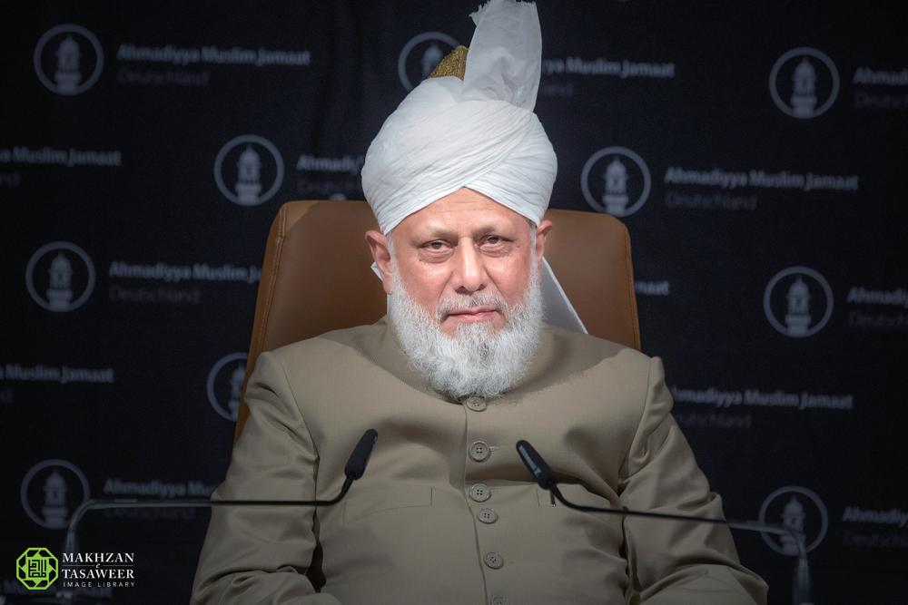 إمام الجماعة الإسلامية الأحمدية يلقي خطابًا بارزًا حول أزمة الهجرة إلى أوروبا، داعيًا المهاجرين إلى المساهمة في المجتمع، والسكان المحليين لإظهار التعاطف